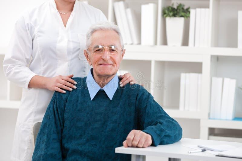Pacjent przy lekarki biurem obraz royalty free
