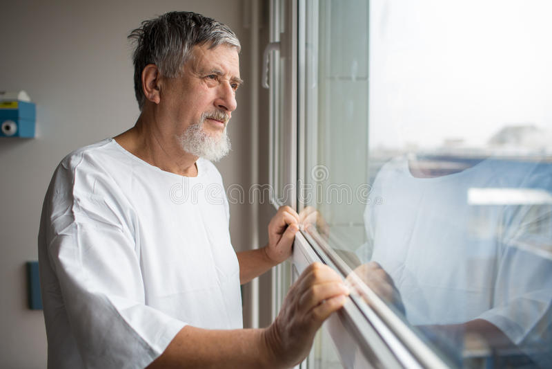 Pacjent przy szpitalem, patrzeje od okno w jego pokoju obraz royalty free