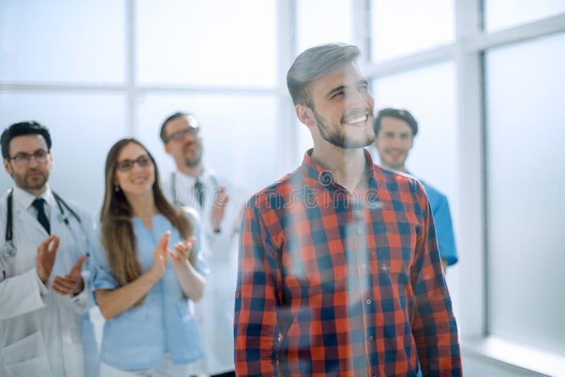 Pacjent przy szpitalem z lekarkami na tle obraz royalty free