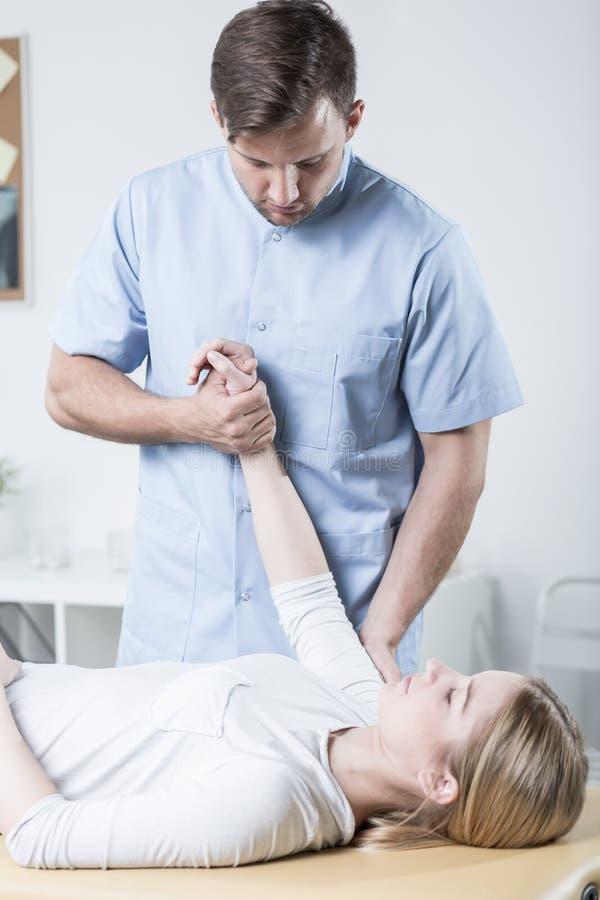 Pacjent robi ćwiczeniom z terapeuta obraz royalty free