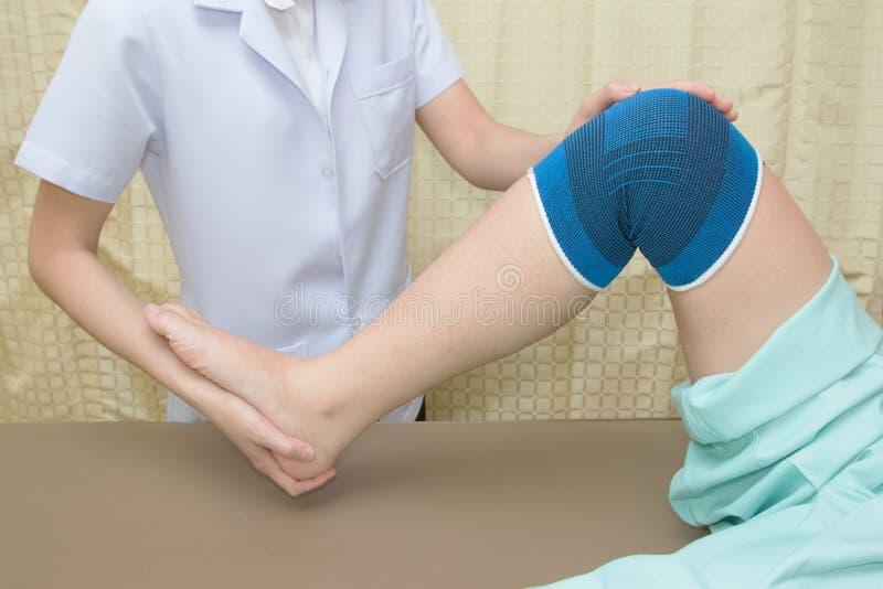 Pacjent robi fizycznym ćwiczeniom z fizycznym terapeuta zdjęcie royalty free