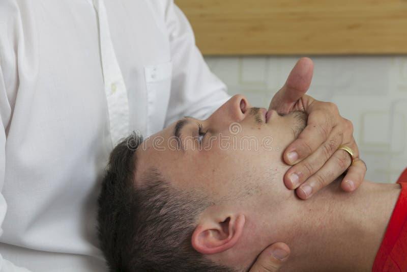 Pacjent robi niektóre dodatkowi specjalnemu ćwiczy pod nadzorem physic zdjęcia royalty free