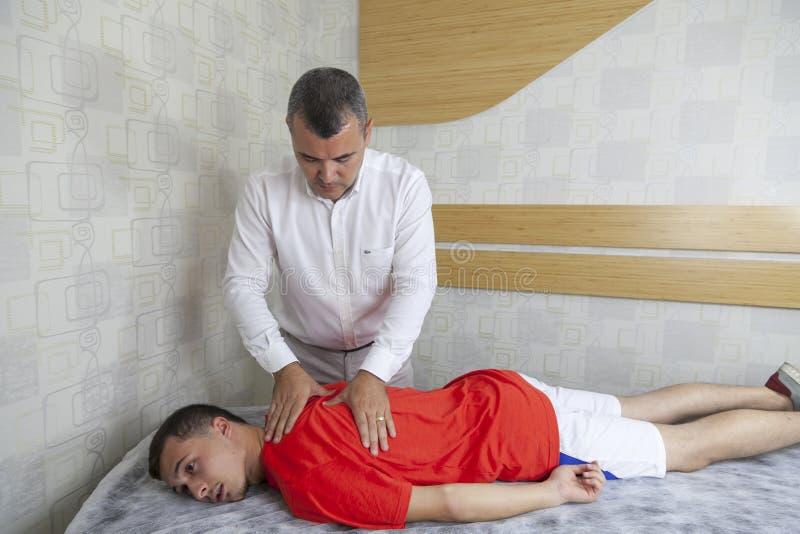 Pacjent robi niektóre dodatkowi specjalnemu ćwiczy pod nadzorem physic fotografia stock