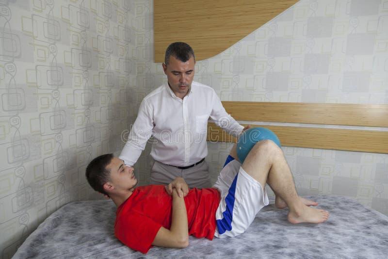Pacjent robi niektóre dodatkowi specjalnemu ćwiczy pod nadzorem physic zdjęcia stock