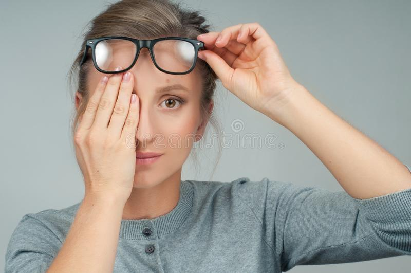 Pacjent robi oka checkup Kobieta zamyka jej oko zdjęcia stock