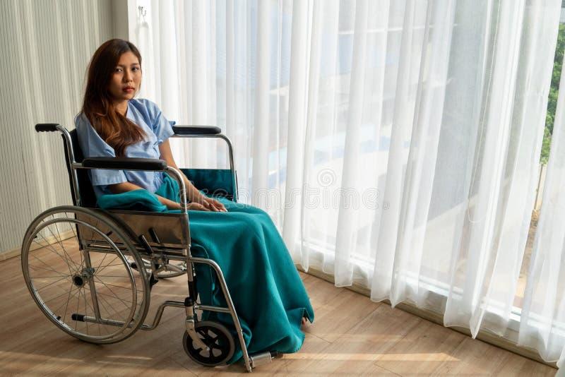 Pacjent siedział na wózku inwalidzkim z niedźwięcznym, smutnym, beznadziejnym i zmartwionym okiem, fotografia stock