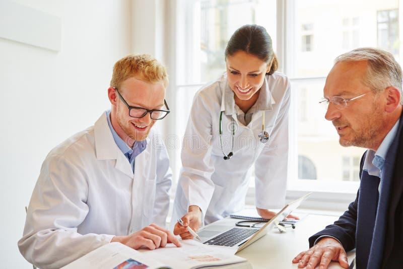 Pacjent z lekarzem i lekarką obraz stock