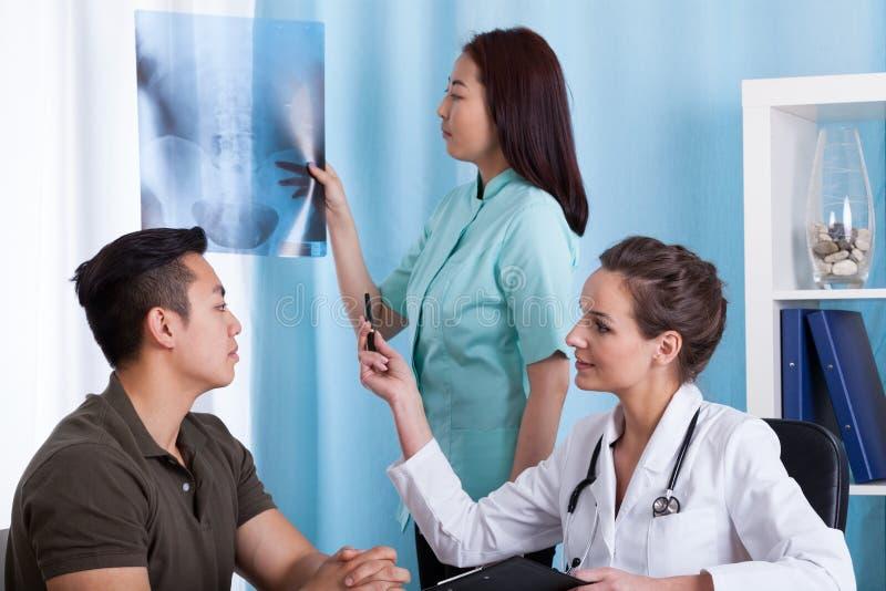 Pacjent z promieniowaniem rentgenowskim podczas medycznego spotkania zdjęcie royalty free