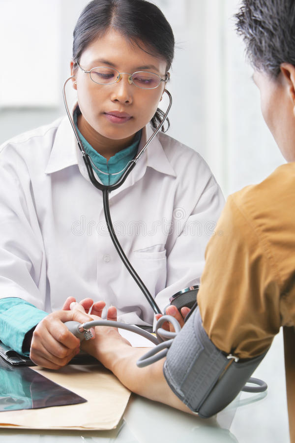 pacjenta krwionośny sprawdzać doktorski nacisk fotografia stock