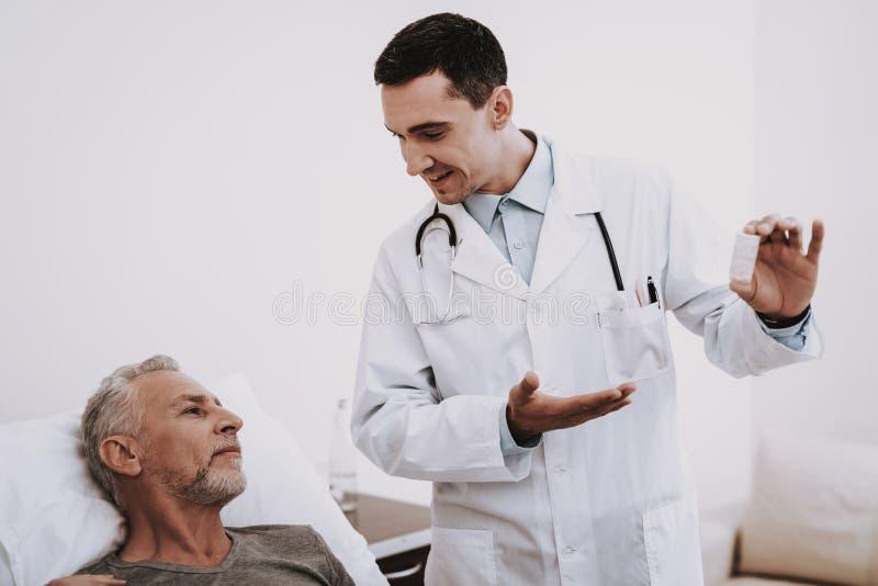 pacjentka doktora Białego pokoju pacjent i lekarka fotografia royalty free