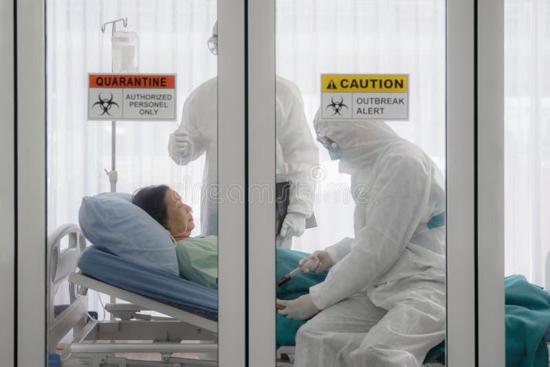 Pacjentka zakażona wirusem Coronavirus covid- 19 na łóżku w pomieszczeniu kwarantanny z sygnałem ostrzegawczym o ognisku choroby  obraz stock