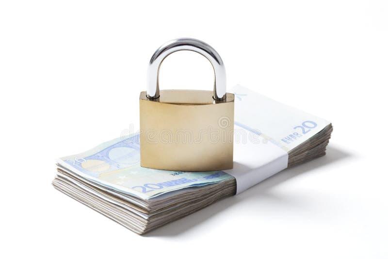 Pack-Euros und Vorhängeschloß auf Weiß stockfotos