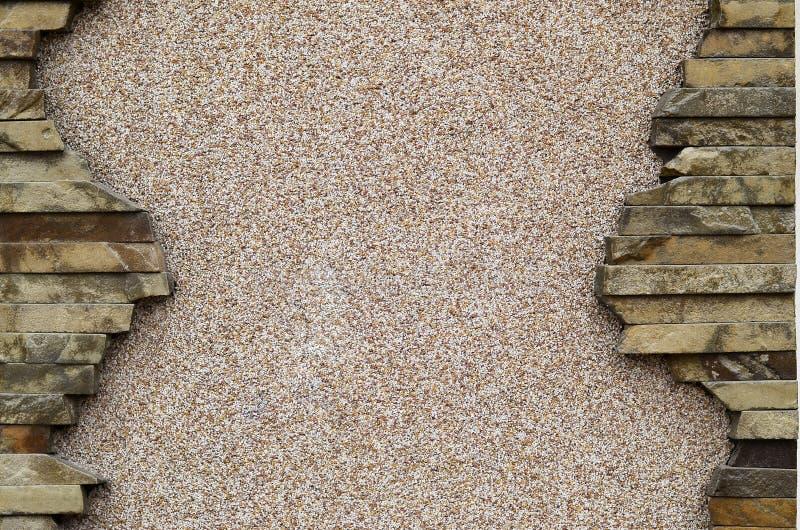 Packad betongvägg med en ram av plana stenar royaltyfri fotografi