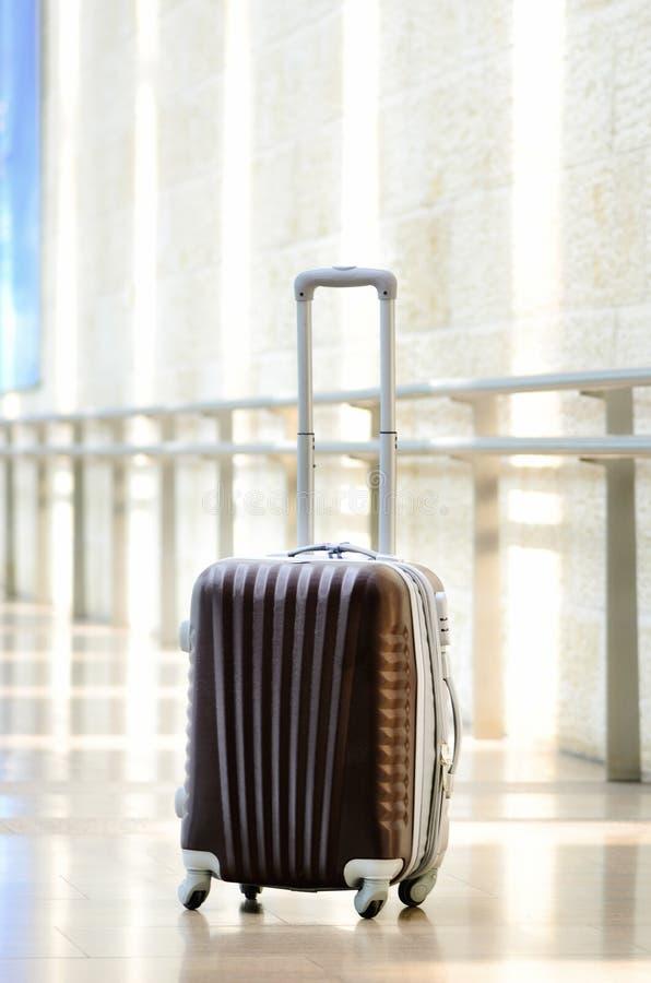 Packad loppresväska, flygplats Sommarferie och semesterbegrepp Handelsresandebagage, brunt bagage i tom korridor fotografering för bildbyråer