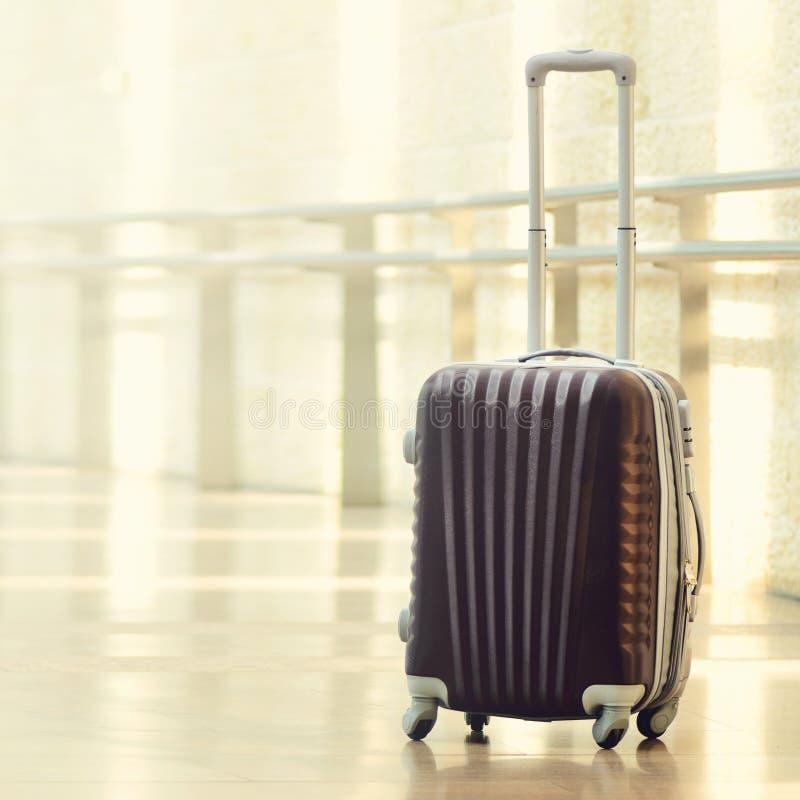 Packad loppresväska, flygplats Sommarferie och semesterbegrepp Handelsresandebagage, brunt bagage i tom korridor royaltyfria foton