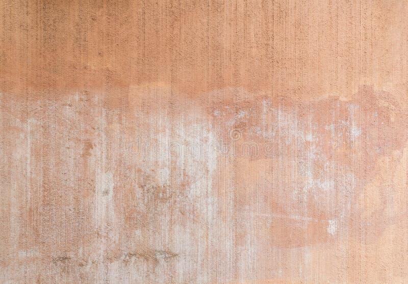 Packad, målad och urblekt peachy väggbakgrund royaltyfri fotografi