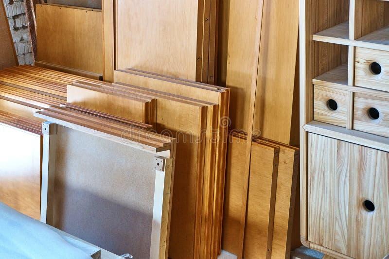 Packade upp beståndsdelar av ett nytt kabinett som är klart för enhet arkivfoton