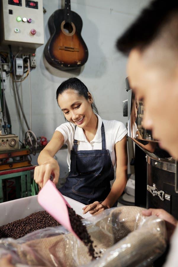 Packande till salu kaffeb?nor royaltyfri foto