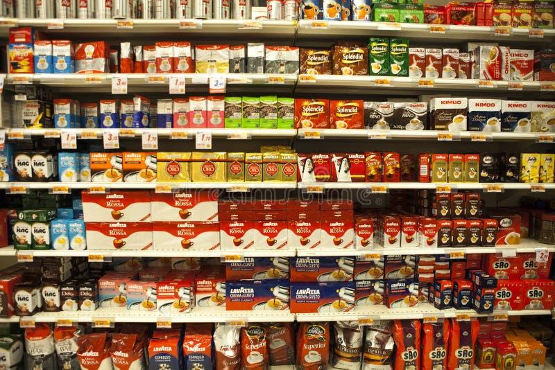 Packar av kaffe Bordlägger en italiensk supermarket arkivfoton