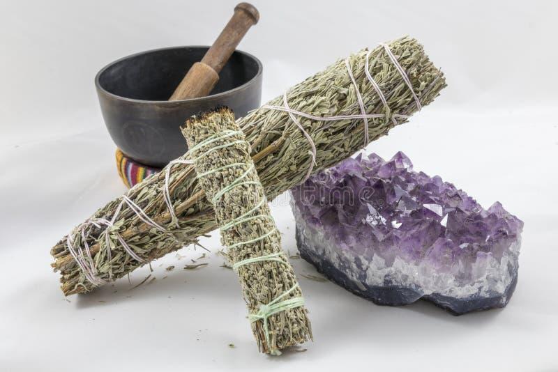 Packar av vis man med en härlig ametistkristall och en sjungande bunke arkivfoto