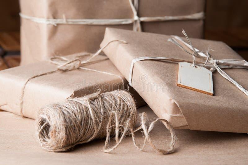 Packar för brunt papper som slås in upp med rad royaltyfria foton