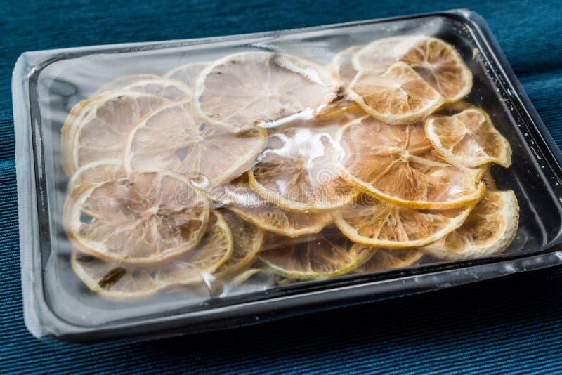 Packe av torkade citronskivor/som är torra och skivas i plast- ask/behållare royaltyfri fotografi