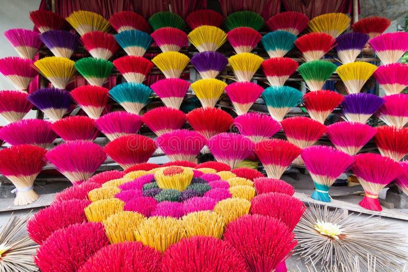 Packe av traditionella färgrika vietnamesiska rökelsepinnar i en stad för ton för byseminarium nästan, Vietnam royaltyfri foto