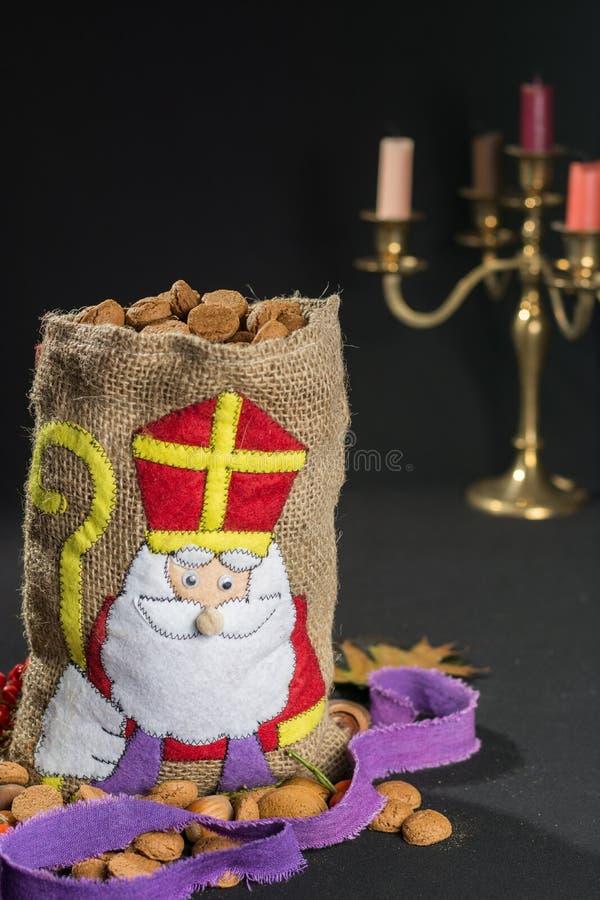 'Packwagen Sinterklaas De Zak' (Sankt Nikolaus' Tasche) füllte mit 'pepern lizenzfreie stockfotografie