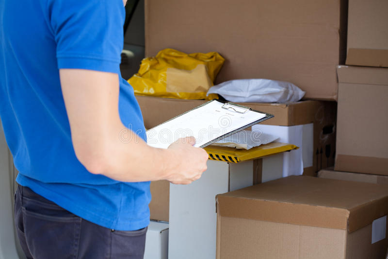 Packwagen von Paketen voll überprüfen stockfotos