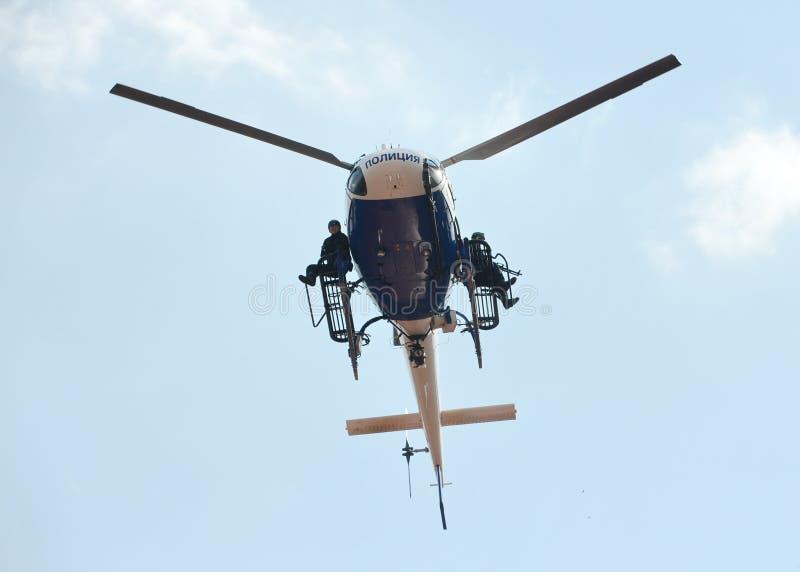 PACNIĘCIE wojownicy na helikopterze policyjnym AS-355 obrazy stock