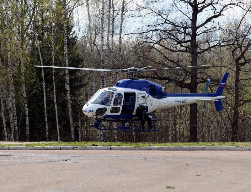 PACNIĘCIE wojownicy na helikopterze policyjnym AS-355 obraz royalty free