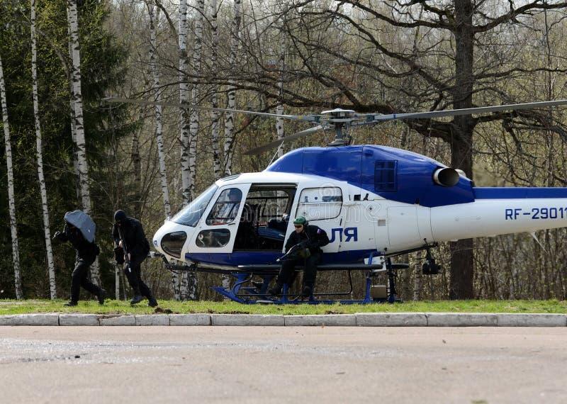 PACNIĘCIE wojownicy na helikopterze policyjnym AS-355 fotografia royalty free