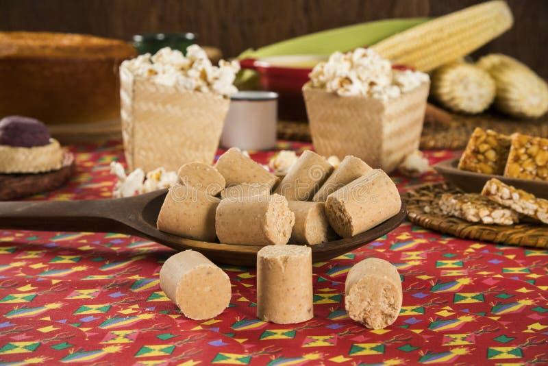 Pacoca - doces brasileiros do amendoim à terra do festa junho da festividade imagem de stock royalty free