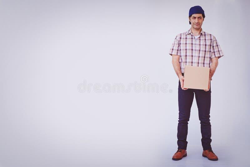 Pacote asiático da caixa da terra arrendada do homem novo, homem de entrega imagens de stock royalty free