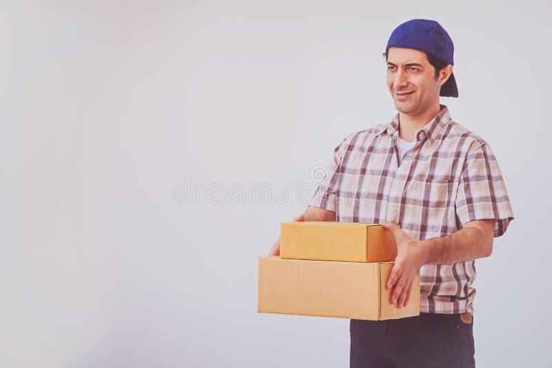 Pacote asiático da caixa da terra arrendada do homem novo, homem de entrega imagem de stock royalty free