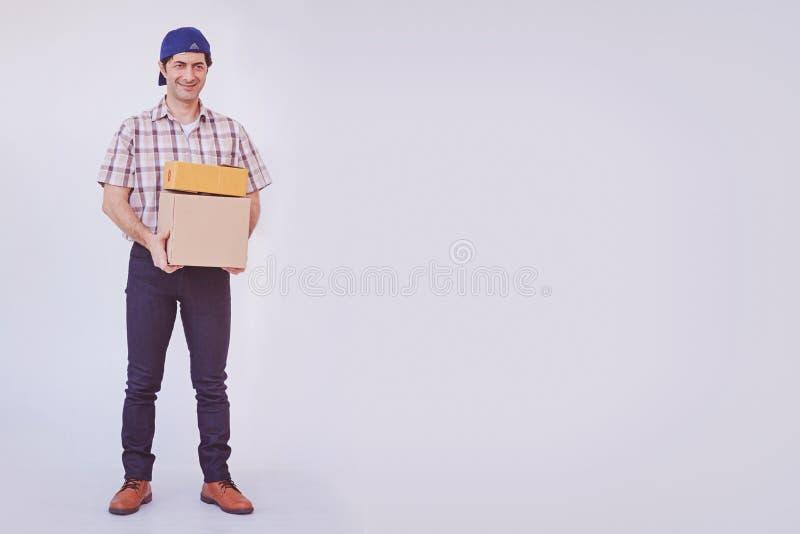 Pacote asiático da caixa da terra arrendada do homem novo, homem de entrega foto de stock royalty free