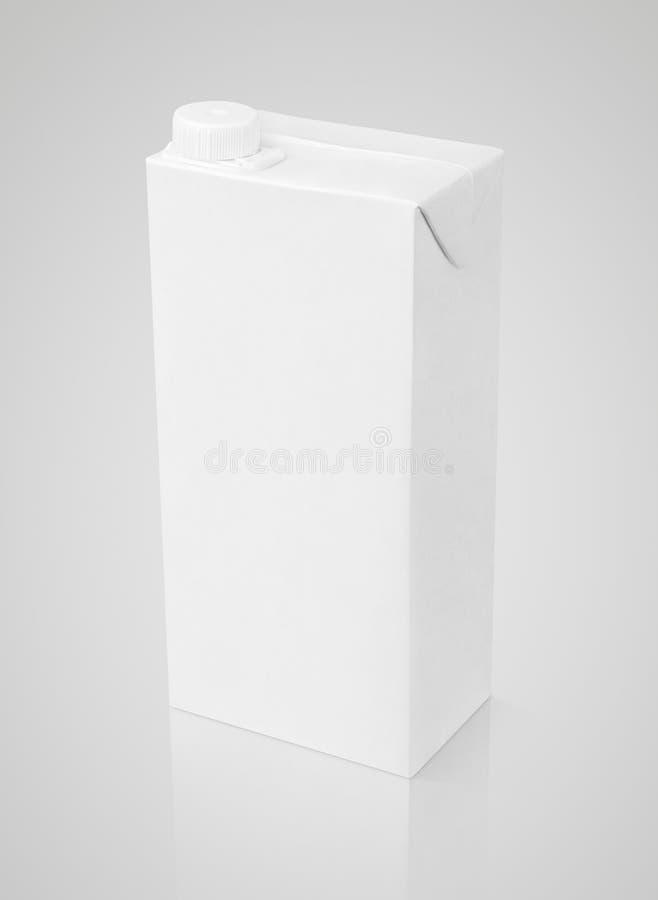 Pacote branco vazio da caixa do suco no cinza fotografia de stock
