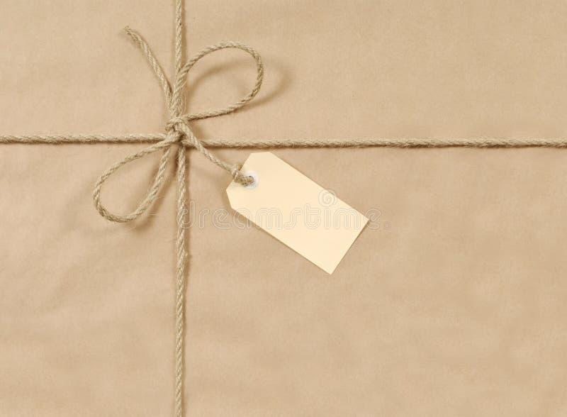 Pacote de Brown com corda e etiqueta imagens de stock