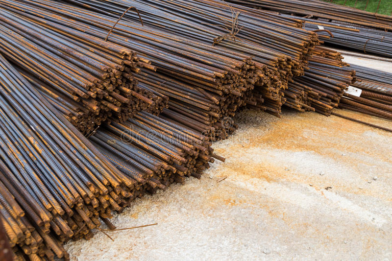 Pacote de hastes de aço reforçadas do metal no canteiro de obras fotografia de stock