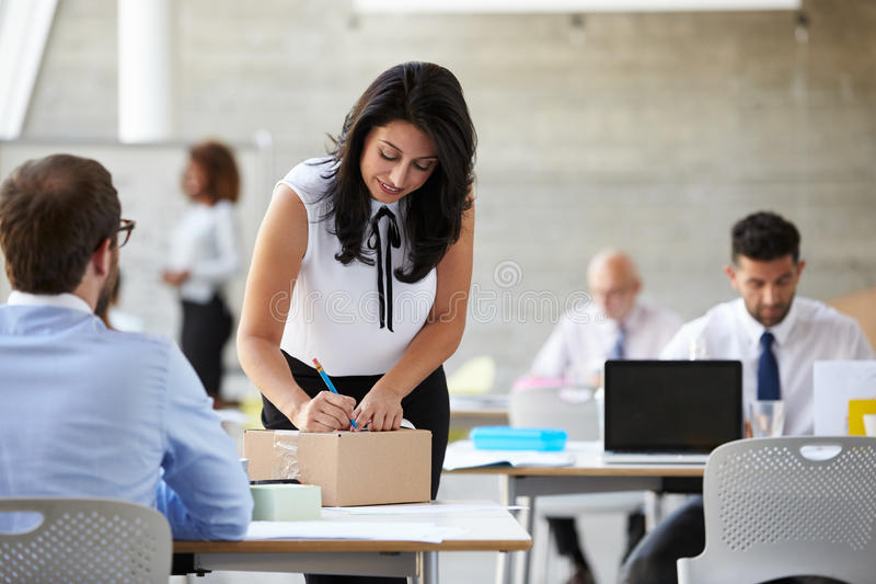 Pacote de In Office Addressing da mulher de negócios para enviar fotos de stock