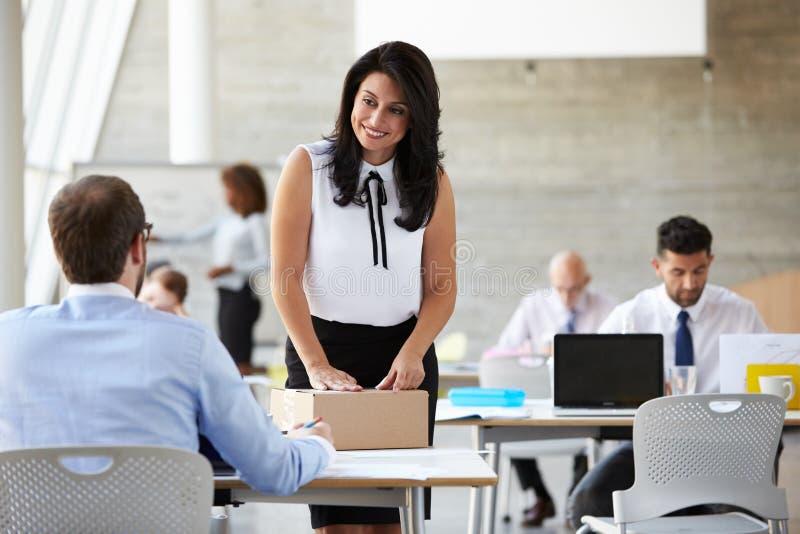 Pacote de In Office Addressing da mulher de negócios para enviar imagens de stock