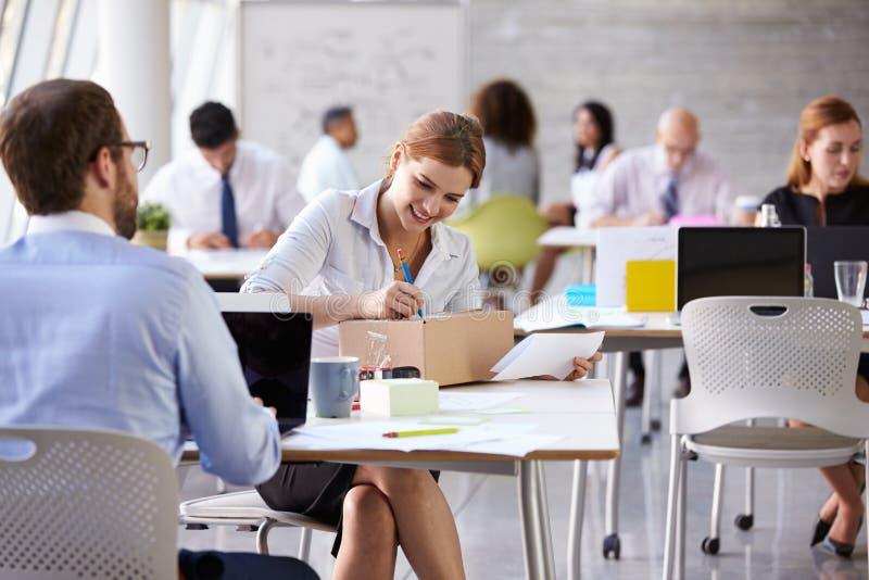 Pacote de In Office Addressing da mulher de negócios para enviar imagem de stock royalty free