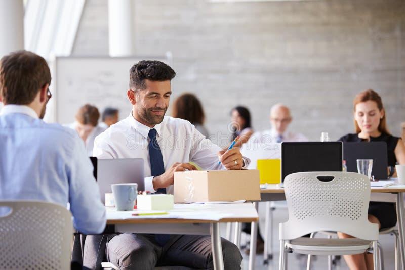 Pacote de In Office Addressing do homem de negócios para enviar imagem de stock royalty free