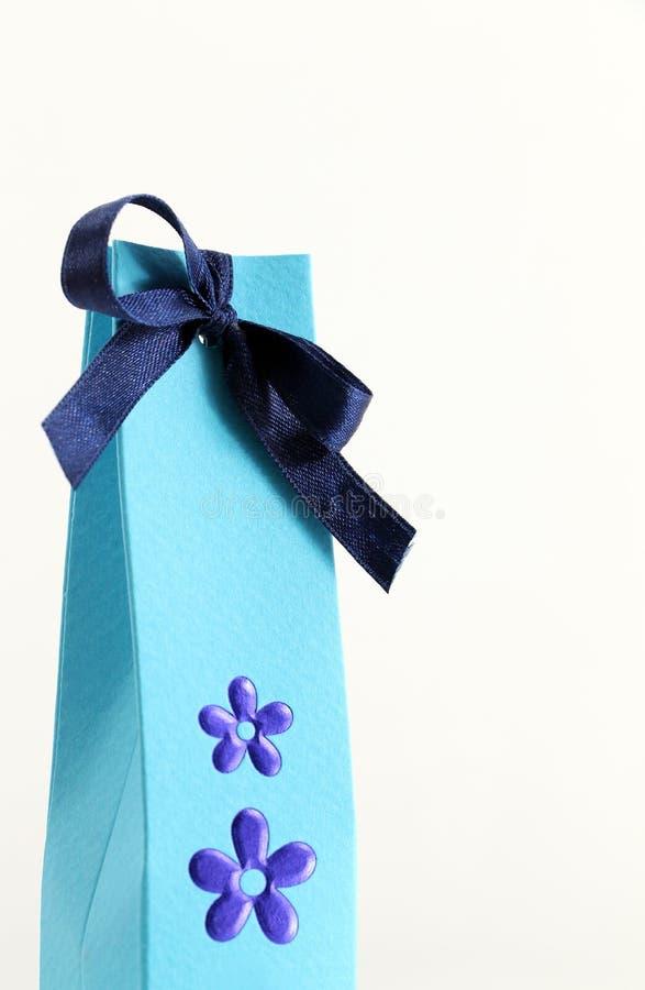 Pacote do presente com flores, no branco imagem de stock royalty free