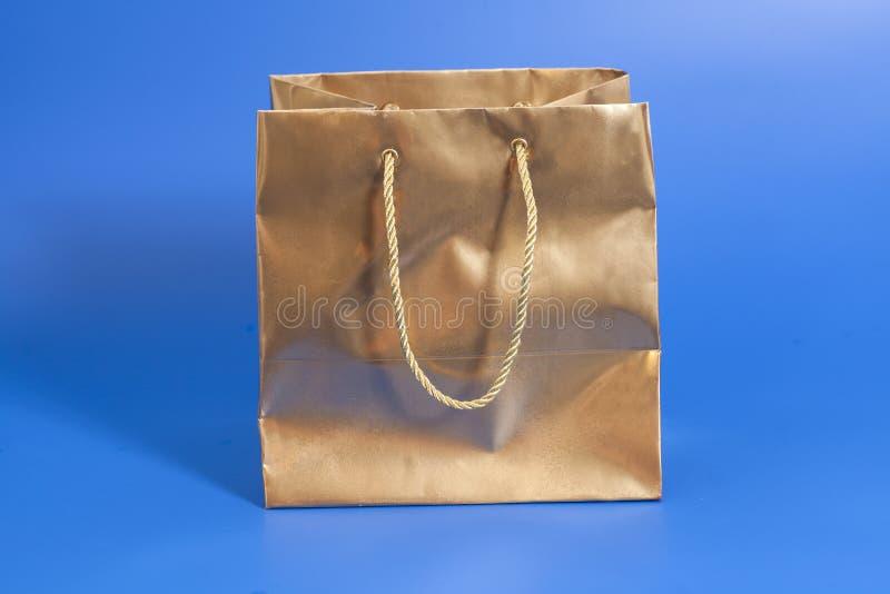 Pacote dourado para o presente fotografia de stock royalty free