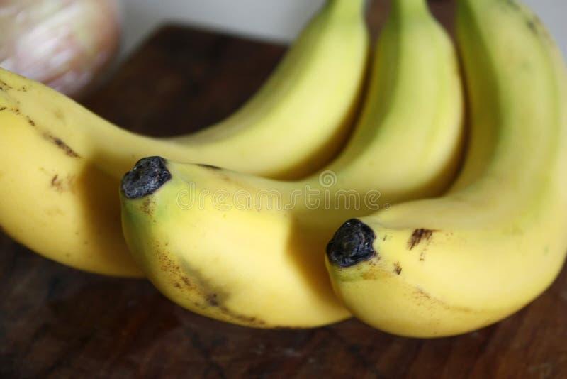 Pacote org?nico cru de bananas prontos Close-up com borr?o foto de stock
