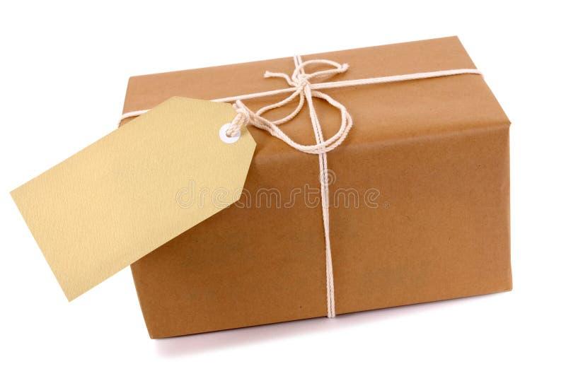 Pacote pequeno do pacote do papel marrom, etiqueta vazia, espaço da cópia imagem de stock royalty free