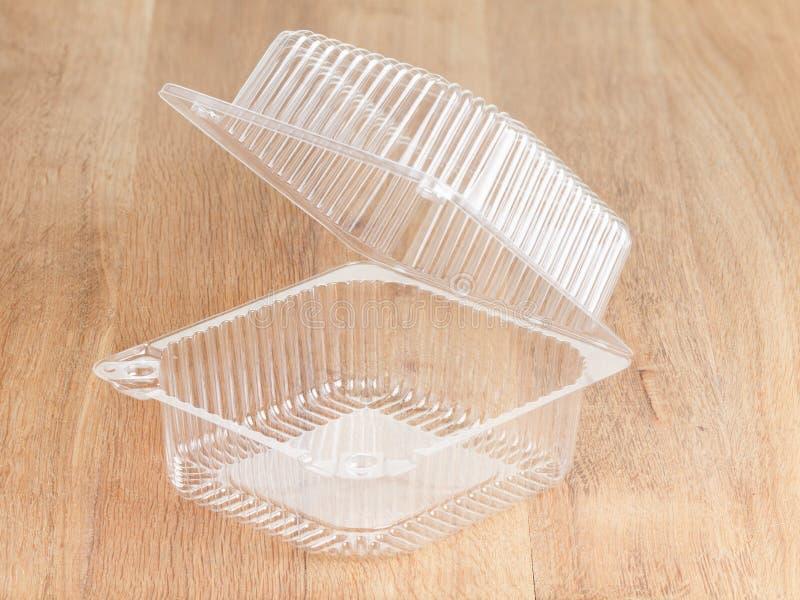 Pacote plástico do alimento no fundo de madeira imagem de stock royalty free