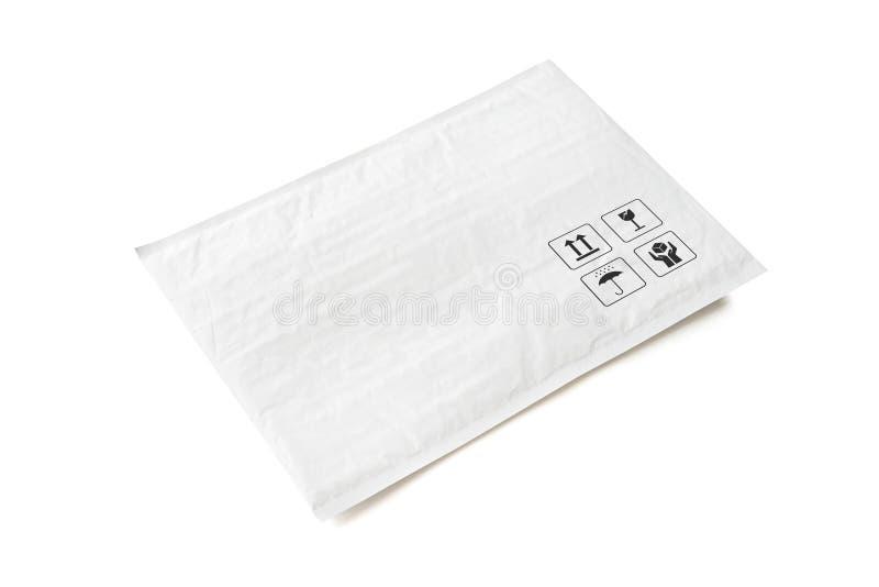 Pacote postal branco Pacote plástico com sinal e símbolo frágeis do cuidado Objeto isolado no fundo branco foto de stock