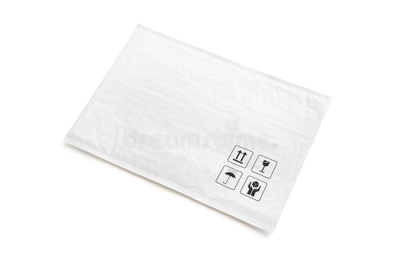 Pacote postal branco Pacote plástico com sinal e símbolo frágeis do cuidado Objeto isolado no fundo branco fotos de stock
